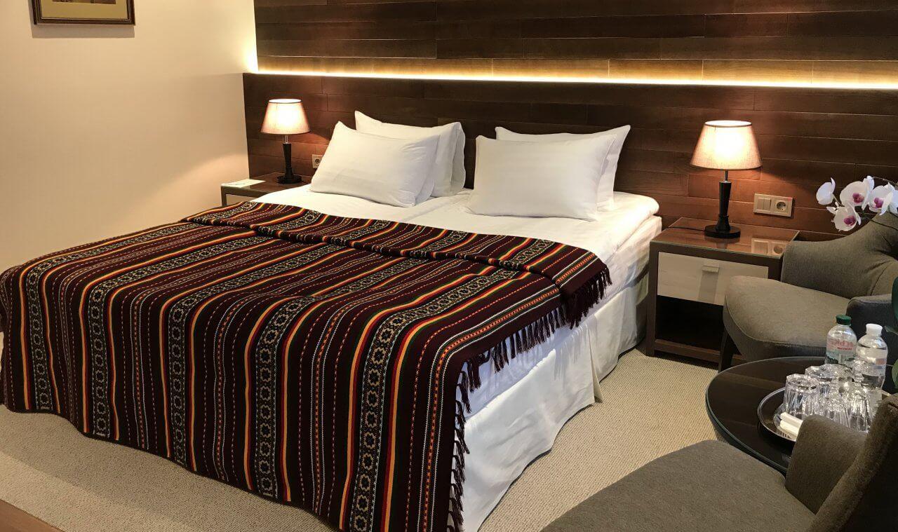 кровать в номере полу люкс