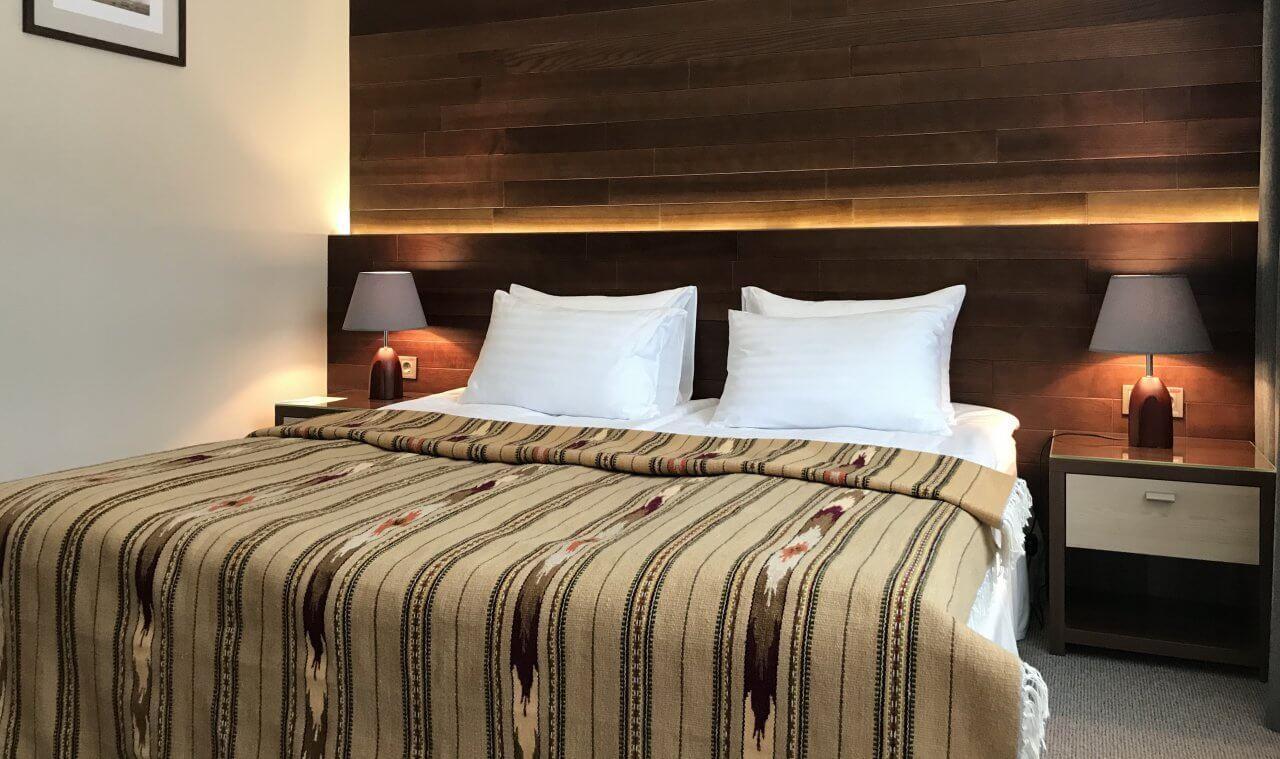 кровать в номере полулюкс